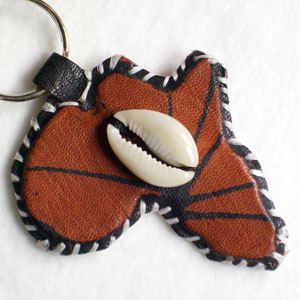 Keyring Africa painted leather with cowrie shell (6)