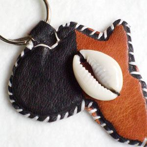 Keyring Africa painted leather with cowrie shell (11)