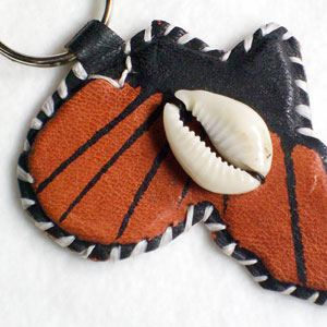 Keyring Africa painted leather with cowrie shell (14)